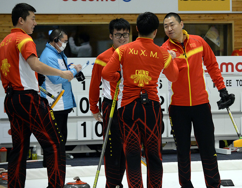 中国队选手庆贺胜利。