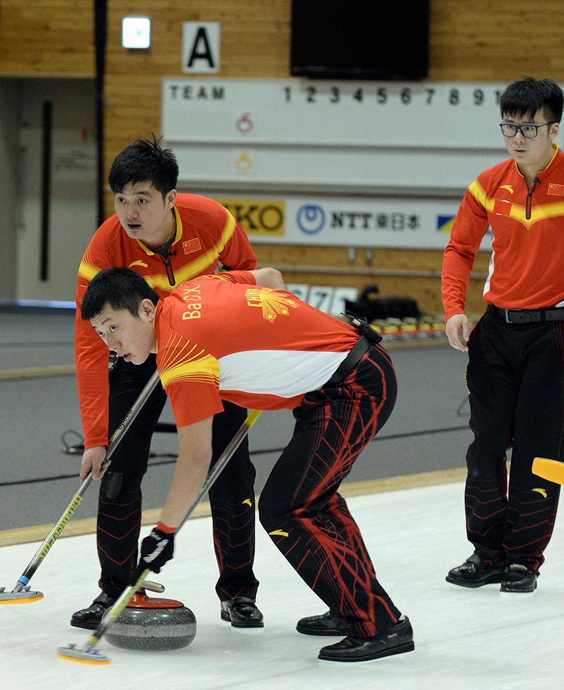 中国队选手徐晓明(左)、巴德鑫(中)和臧嘉亮比赛中。