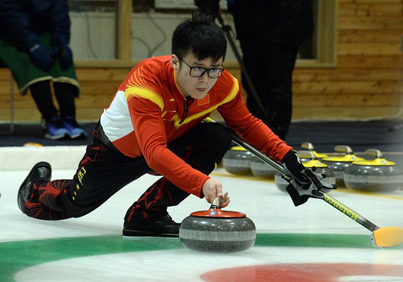 中国队选手臧嘉亮比赛中。