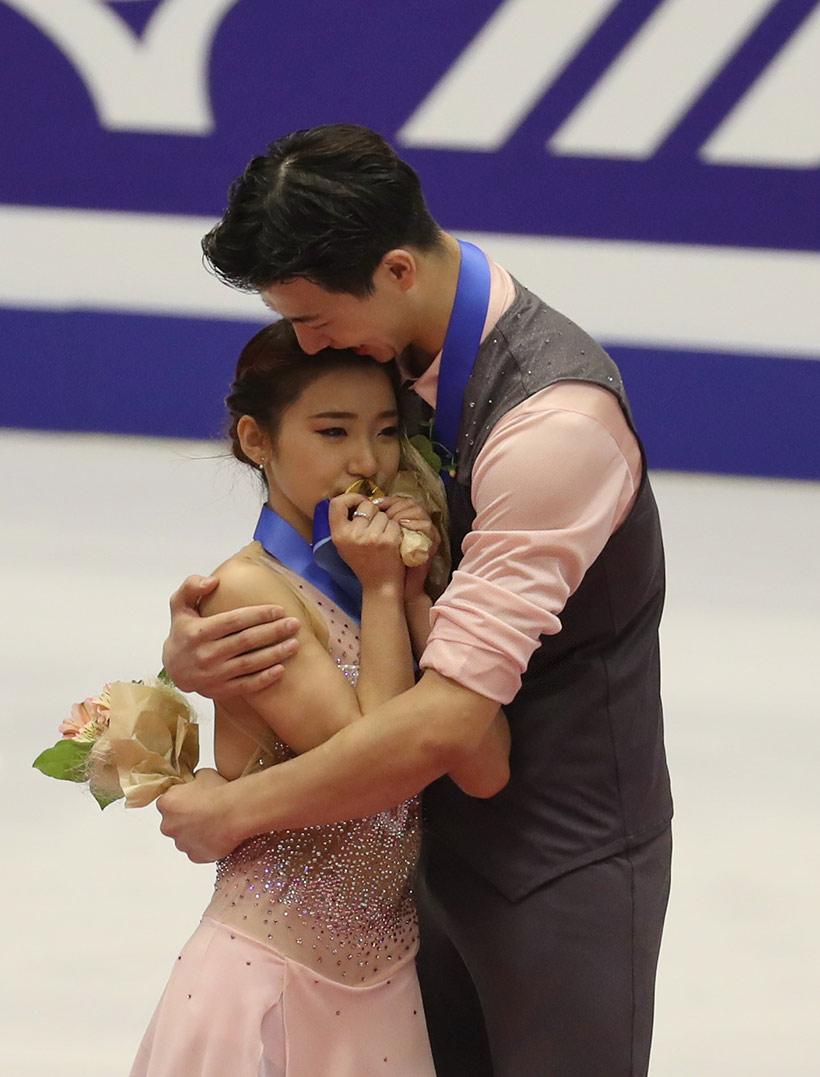 中国选手王诗玥(左)/柳鑫宇在颁奖仪式上庆祝。