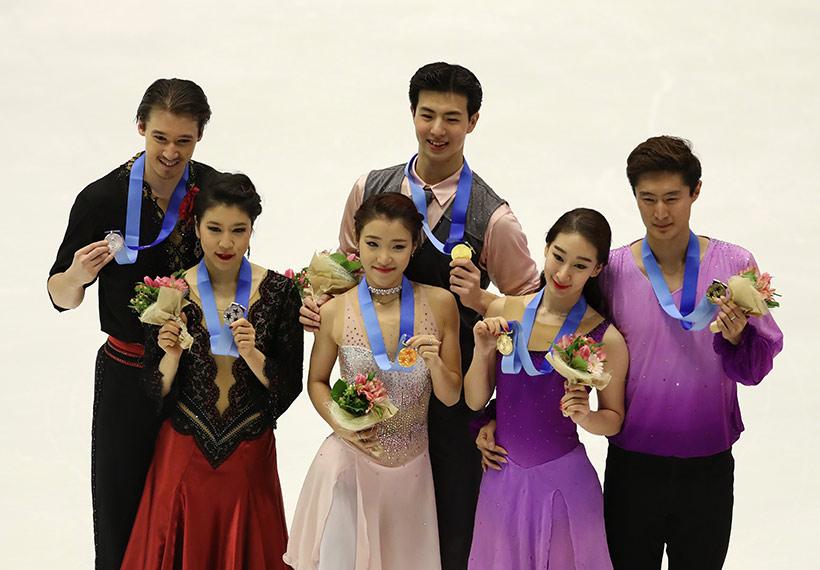 获得冠军的中国选手王诗玥(前排中)/柳鑫宇(后排中)、获得亚军的日本选手村元哉中(前排左)/克里斯-里德(后排左)和获得季军的中国选手陈宏(前排右)/赵研(后排右)在领奖台上合影。