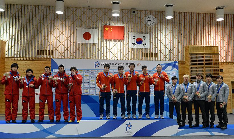 中国队选手(中)、日本队选手(左)与韩国队选手在颁奖仪式上。