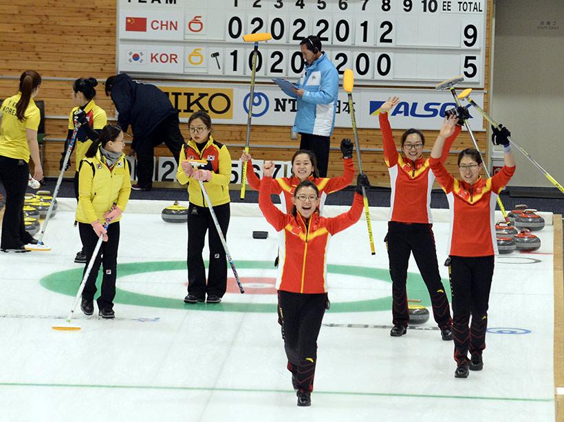 中国队选手(红衣)庆祝胜利。