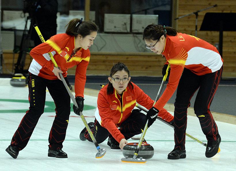 中国队选手王冰玉(中)在比赛中投掷冰壶。