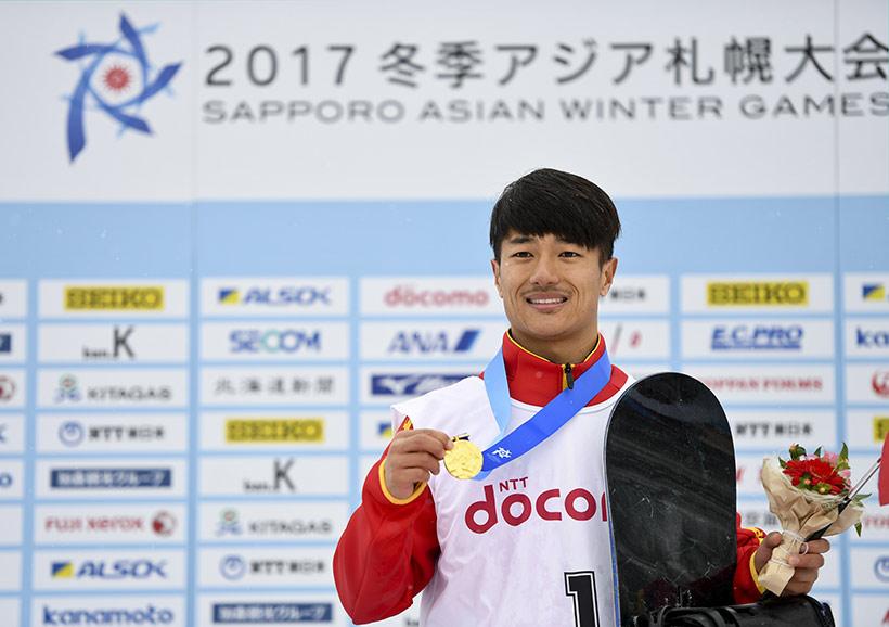 中国选手张义威在颁奖仪式上。