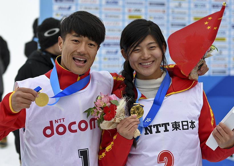 中国选手张义威(左)在颁奖仪式后与女子组冠军中国选手刘佳宇合影。