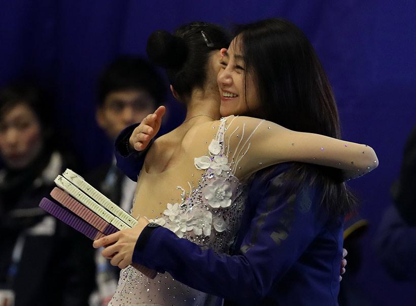 中国队选手于小雨(左)在赛后与教练拥抱。
