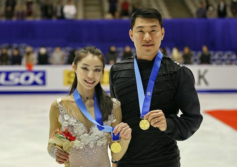 中国队选手于小雨(左)/张昊领奖后展示金牌。