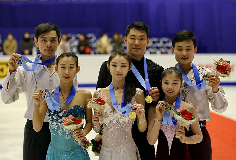 中国队选手于小雨(前中)/张昊(后中)、彭程(前左)/金杨(后左)与朝鲜选手廉太钰(前右)/金柱希(后右)在领奖后合影。