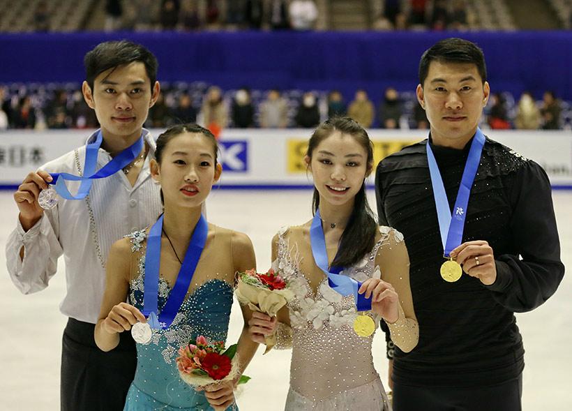 中国队选手于小雨(右二)/张昊(右一)与彭程(左二)/金杨(左一)在领奖后合影。