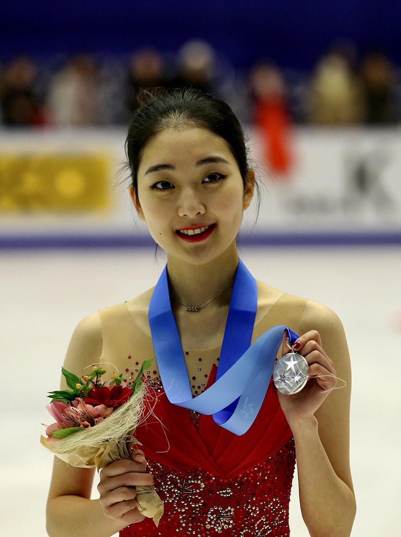 中国选手李子君在展示银牌。