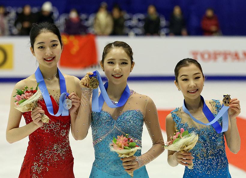 韩国选手崔多冰(中)、中国选手李子君(左)和哈萨克斯坦选手特申巴耶娃在颁奖仪式上合影。