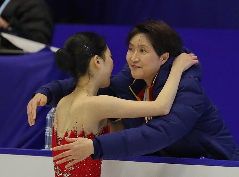 中国选手李子君(左)在比赛结束后与教练拥抱。
