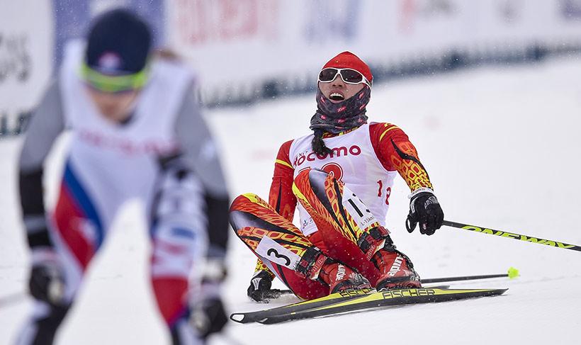 中国队选手李宏雪(右)在抵达终点后倒地。