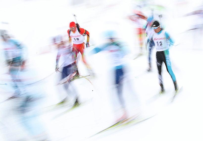 中国选手王文强(左三)在男子15公里集体出发比赛中