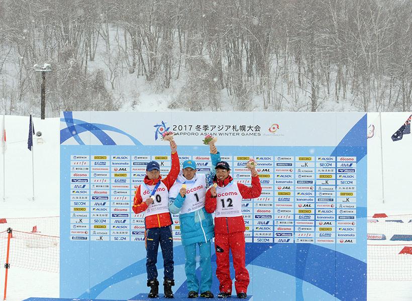 冠军哈萨克斯坦选手萨维茨基(中)、亚军中国选手王文强(左)和季军日本选手尾崎光辅在领奖台上合影。