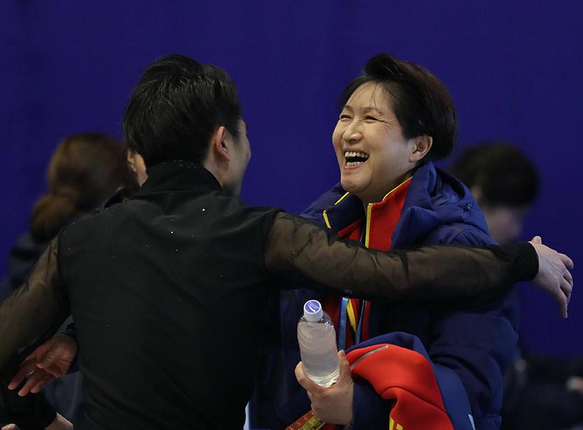 中国选手闫涵(左)在自由滑比赛后与教练拥抱。