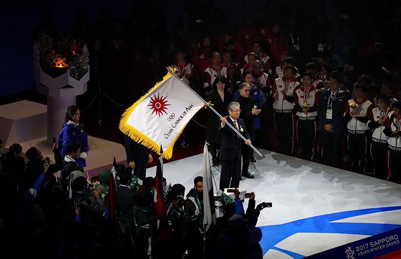 日本奥委会主席竹田恒和在闭幕式上交接会旗前挥动亚奥理事会会旗。新华社记者杨世尧摄