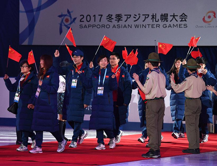 中国代表团部分成员在闭幕式上入场。新华社记者贺长山摄