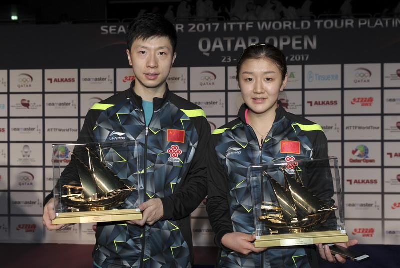 马龙(左)和获得女单冠军的陈梦合影