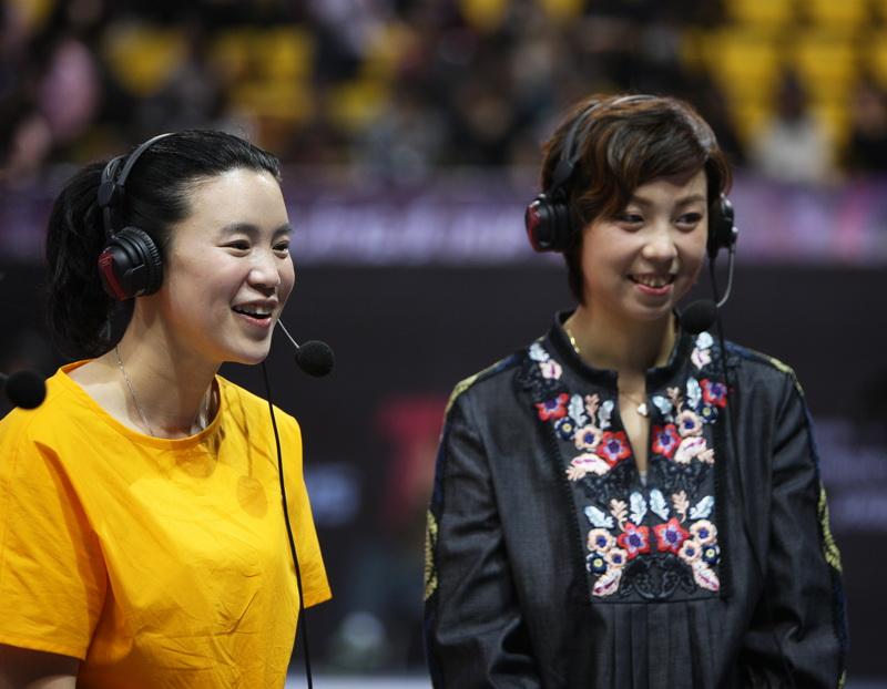 张怡宁和王楠(左)担任解说嘉宾
