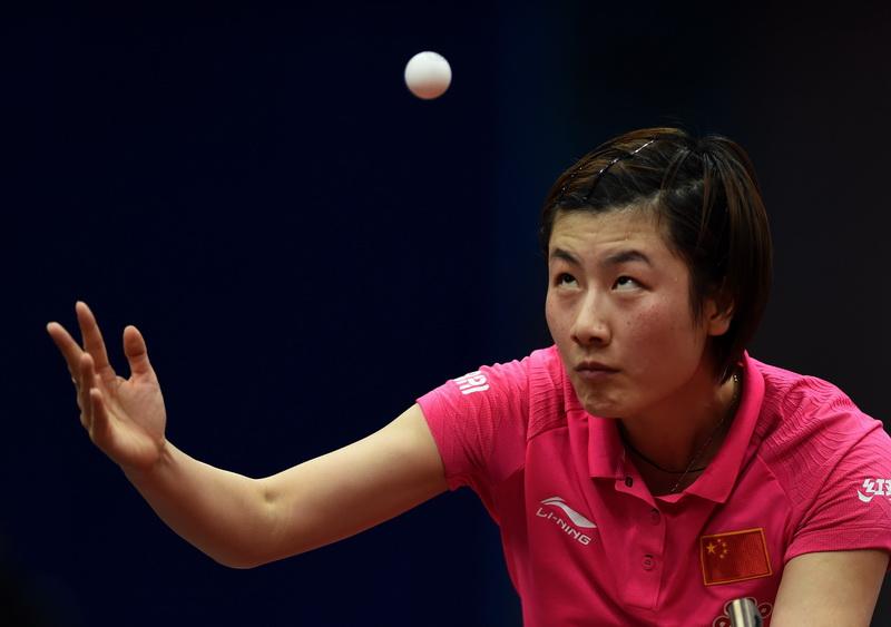 中国队选手丁宁在比赛中发球