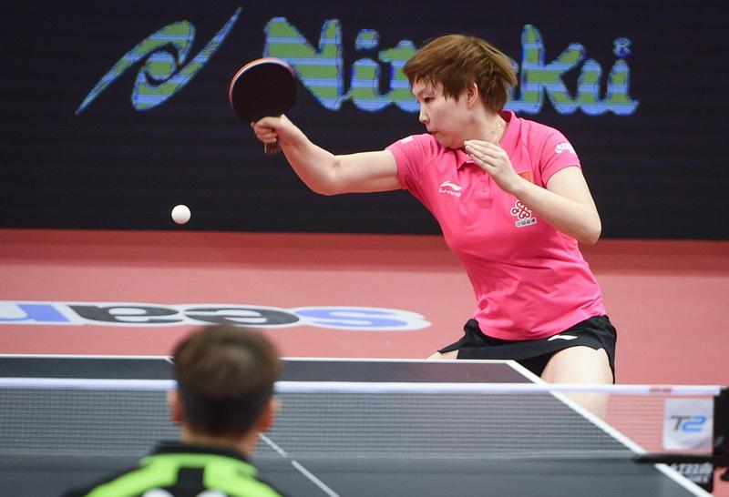 中国队球员朱雨玲在比赛中回球