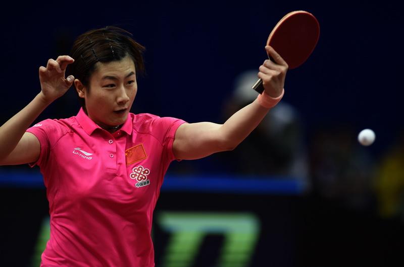 中国队选手丁宁在比赛中回球