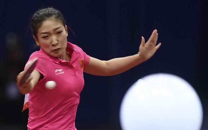 中国队球员刘诗雯在比赛中回球