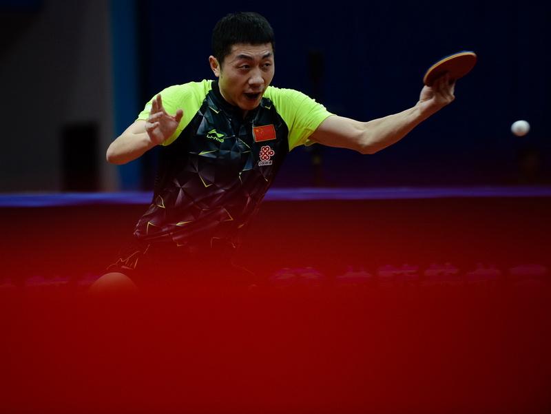 中国队球员许昕在比赛中回球