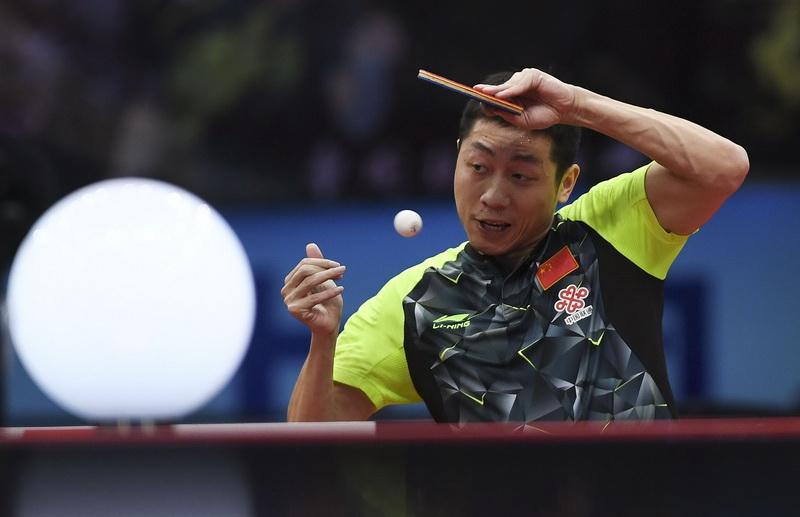 中国队选手许昕在比赛中回球