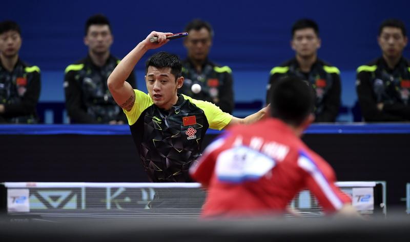 中国队选手张继科在比赛中回球