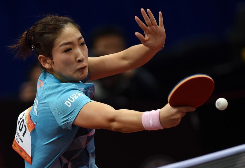 中国队选手刘诗雯在比赛中回球