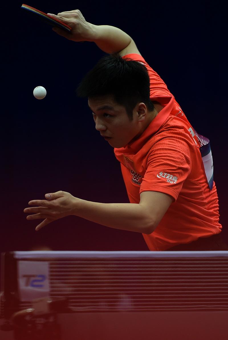 中国队球员樊振东在比赛中发球