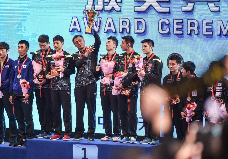 中国队在领奖台上庆祝