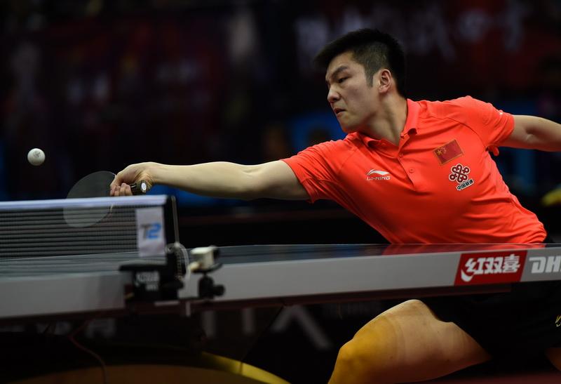 中国队球员樊振东在比赛中回球