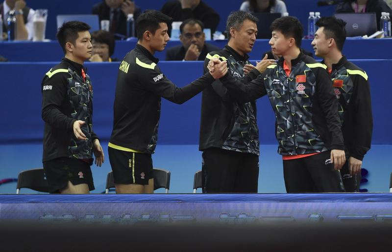 中国队成员庆祝胜利