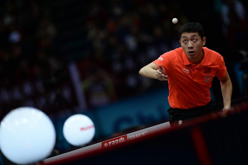 中国队选手许昕在比赛中发球