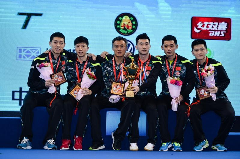 中国队在男团颁奖仪式上