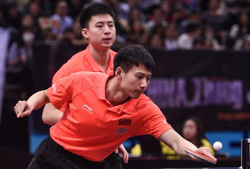 中国选手方博/周雨(前)在比赛中