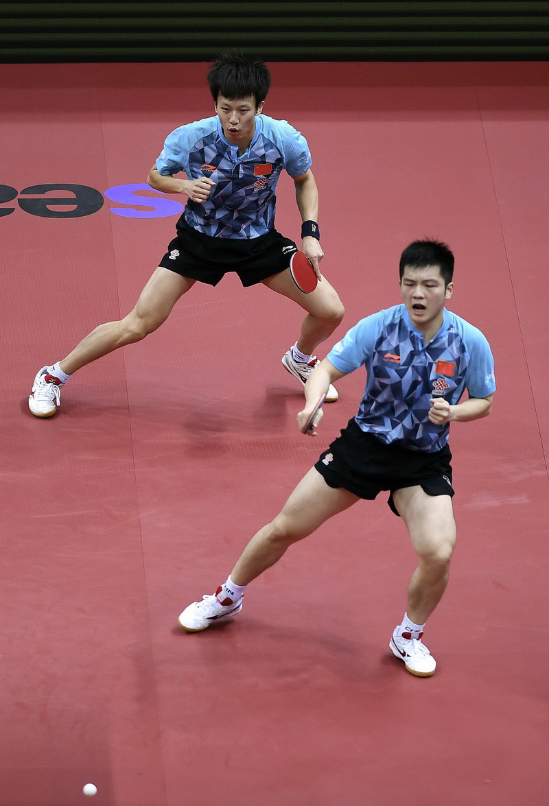 中国选手樊振东/林高远(上)在比赛中