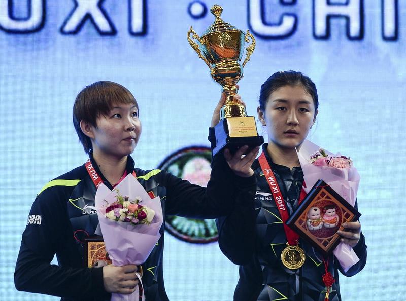 获得冠军的中国组合陈梦(右)/朱雨玲在颁奖仪式上
