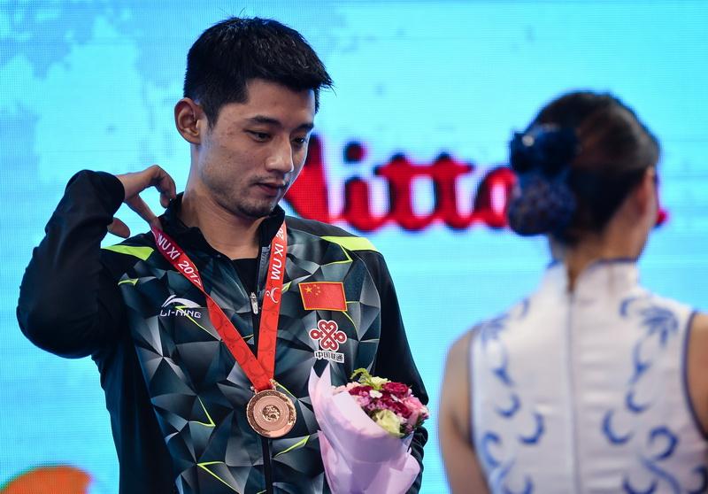 获得男单季军的中国选手张继科在颁奖仪式上