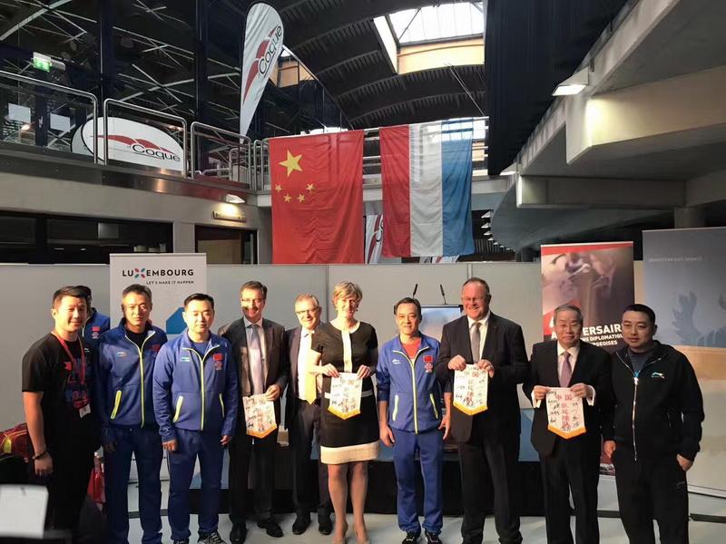 中国乒乓球队在中卢建交45周年之际访卢备战世乒赛,我驻卢森堡公国大使和卢体育部部长也到场看望队伍。当日下午的训练课对公众和媒体开放,当地群众的热情超乎组织者想象。