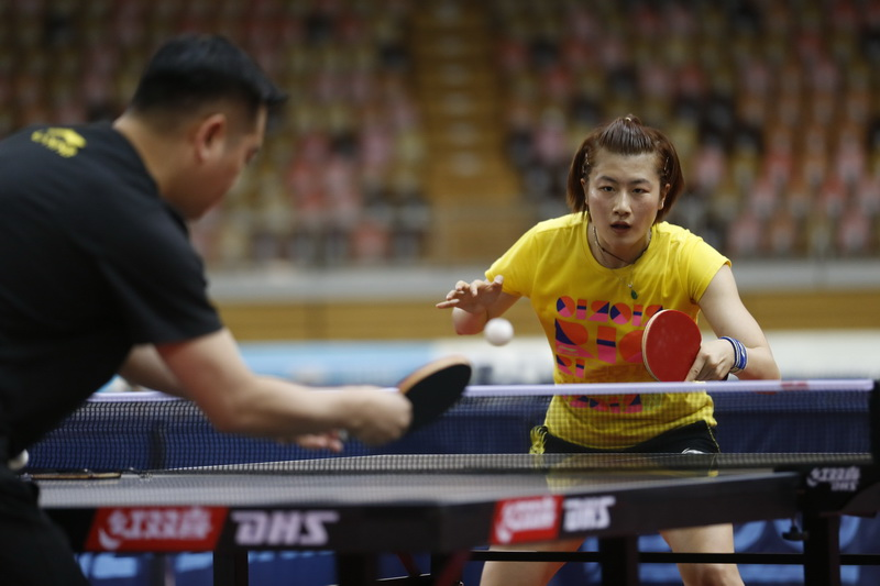 丁宁(右)与国乒女队主教练孔令辉进行对抗训练