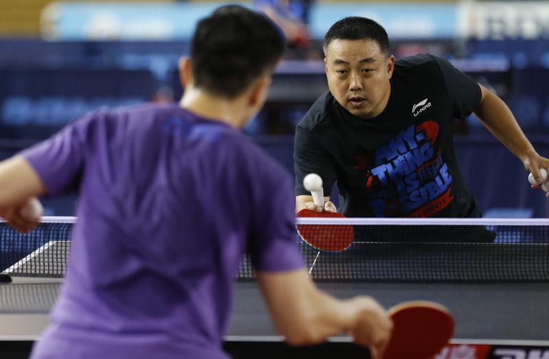 国乒队总教练刘国梁(右)与队员马龙进行对抗性训练