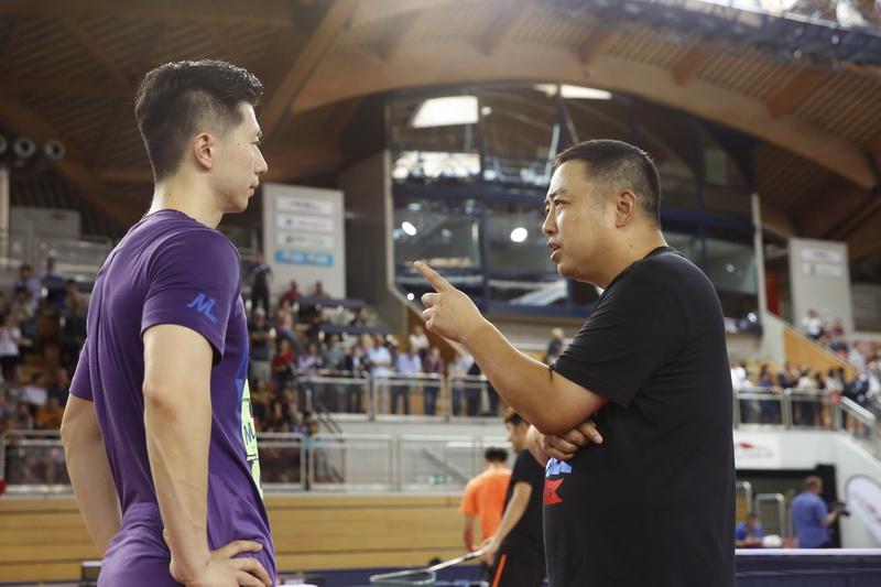 国乒队总教练刘国梁(右)指导队员马龙