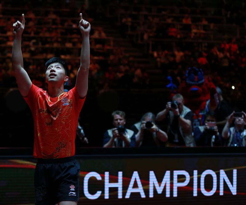 6月5日,马龙在赛后庆祝夺冠。