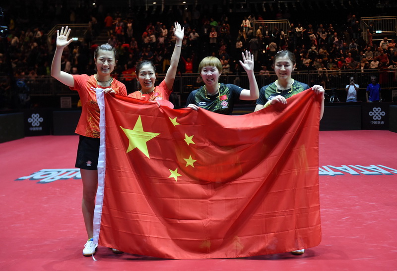 6月5日,丁宁、刘诗雯、朱雨玲和陈梦(从左至右)在赛后向观众致意