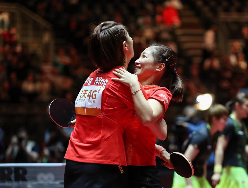 6月5日,丁宁/刘诗雯(右)在赛后庆祝夺冠